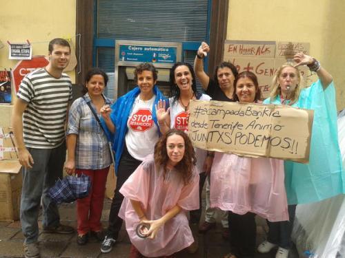Carmen Omaña y miembros de PAH-Tenerife, tras caerles un palo de agua.